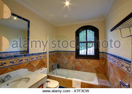 Fenetre au dessus baignoire elegant stockphotos comment carreler autour d une baignoire comment for Fenetre en espagnol