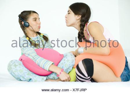 Deux jeunes amies, faire des bulles avec un chewing-gum Banque D'Images