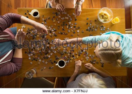 Vue aérienne de l'assemblage de la famille à table puzzle Banque D'Images