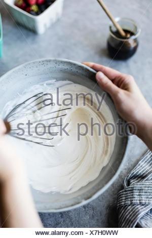 Bol avec crème vanille. Banque D'Images