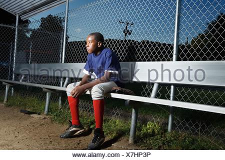 Teenage boy watching depuis les coulisses Banque D'Images