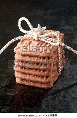 Pile de biscuits spéculoos de spécialité, un biscuit croustillant épicé Dutch servi pour la fête de Saint Nicolas, et qui est maintenant reconnue comme un traitement de Noël dans de nombreux pays liés avec de la ficelle comme un cadeau Banque D'Images
