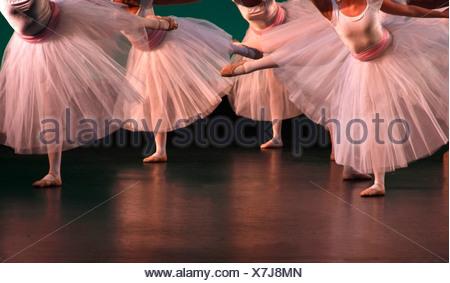 Ballerines d'effectuer sur une scène Banque D'Images