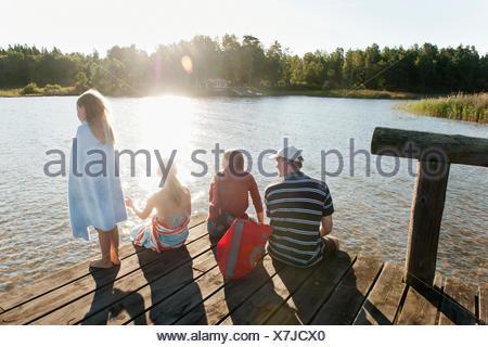 La Suède, Vastra Sweden, Kallandso, famille avec deux enfants (6-7, 12-13) on pier Banque D'Images