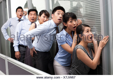Collègues Holding Glasses contre le mur Banque D'Images