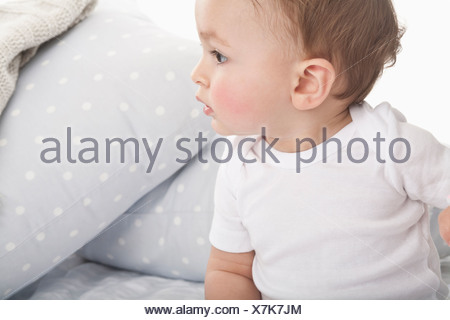 Baby crawling on couch Banque D'Images