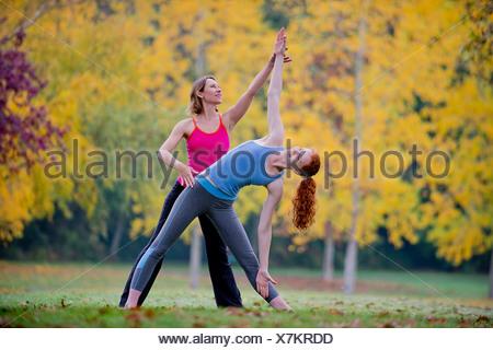 Professeur de Yoga l'enseignement aux jeunes femme en forêt