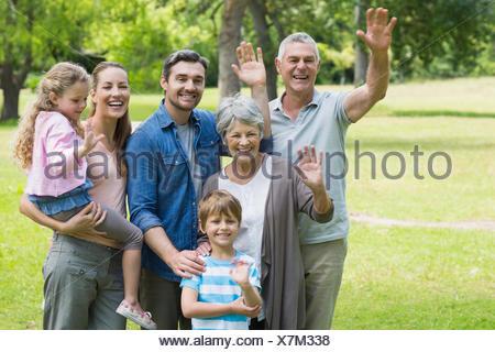 Extended family en agitant les mains au park Banque D'Images