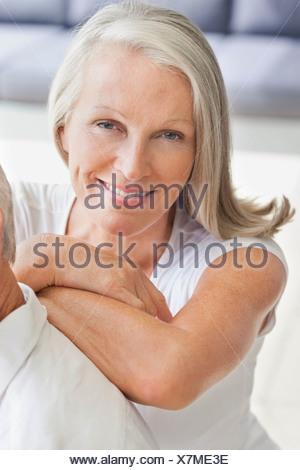 Close up portrait of smiling woman leaning on l'épaule de l'homme Banque D'Images