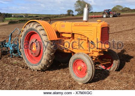 American Vintage Minneapolis Moline à un tracteur de labour à Pelynt près de Looe à Cornwall sur une journée d'automne. Banque D'Images