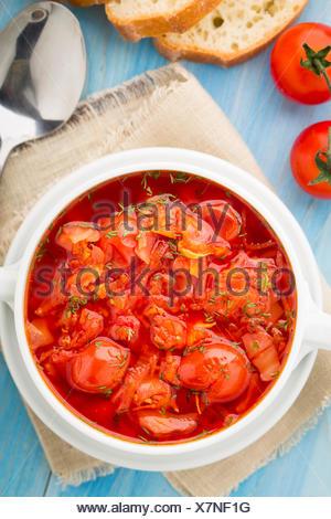 Soupe de légumes faite de tomates cerise, carotte, pomme de terre, le chou dans un bol Banque D'Images