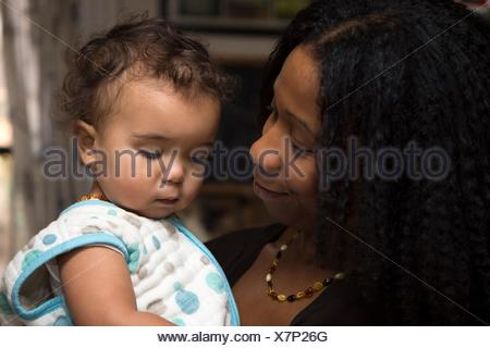 Offres portrait of mid adult woman and toddler fille Banque D'Images