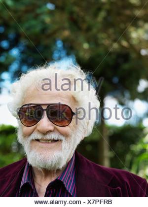 Smiling older man wearing sunglasses Banque D'Images