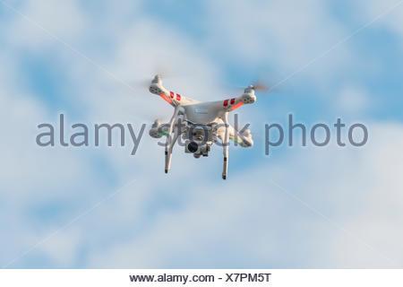 Drone Quadcopter, appareil photo avec volant en face de ciel bleu, DJI Phantom 3 Banque D'Images
