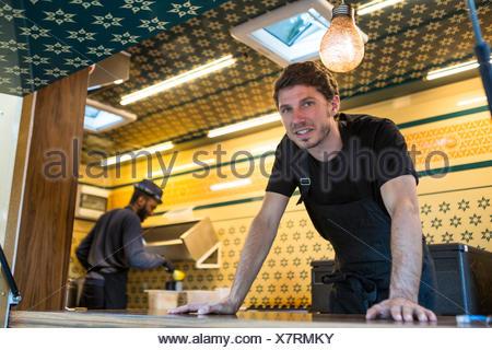Camion alimentaire propriétaire et collègue de cuisine commerciale Banque D'Images