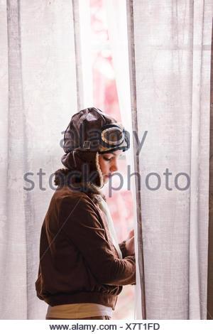 Par la fenêtre girl wearing costume pilote pour l'halloween Banque D'Images