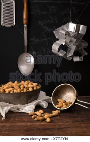 Arachides séchées sur la table. Recette avec du lait et des arachides Banque D'Images