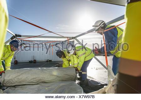 Les travailleurs de l'équipe d'intervention d'urgence Centre de contrôle tente d'ériger