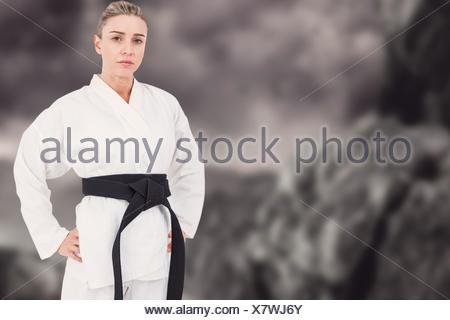 Image composite de l'athlète féminin posant en kimono Banque D'Images