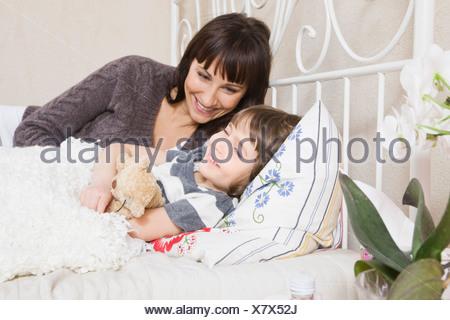 Parler avec mère fille au lit Banque D'Images
