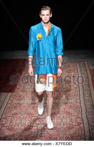 44324707ebdc ... Kenzo Homme Paris Printemps Été Mannequin portant des shorts, crème de  soie bleu vif,