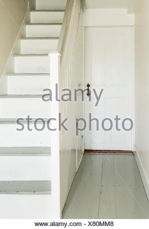 Escalier et porte en détail accueil rural ancien. Banque D'Images