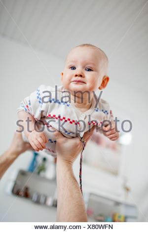 La Suède, Man holding baby son (2-5 mois) en mains Banque D'Images