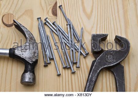 Clé à clous et marteau ,sur fond de bois Banque D'Images