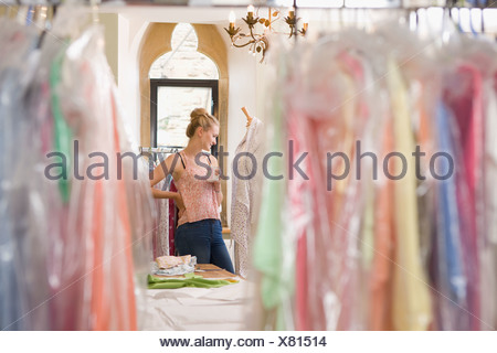 Fashion Designer Relaxing In Design Studio Banque D'Images