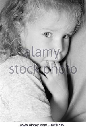 Fille avec les doigts dans la bouche, portrait, b&w Banque D'Images