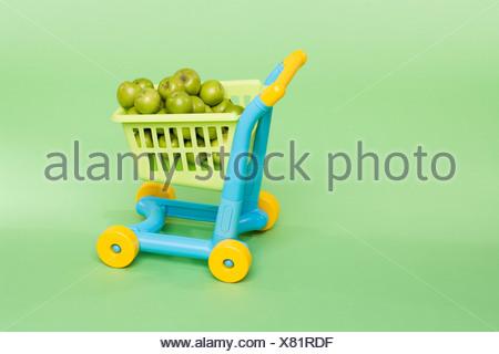 Pommes dans un panier de jouets Banque D'Images