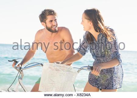 Couple heureux de partir en balade à vélo Banque D'Images