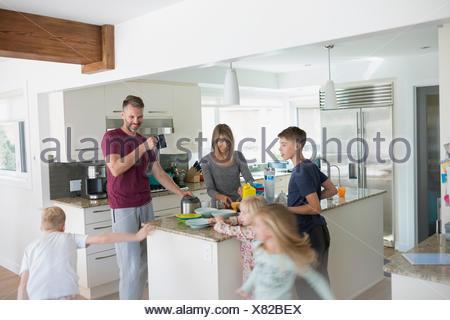 Famille dans la cuisine préparer le petit-déjeuner Banque D'Images