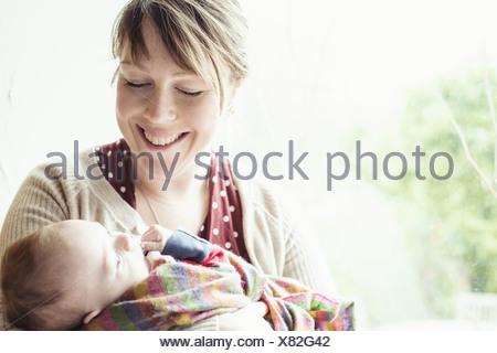 Mother holding baby son, portrait Banque D'Images