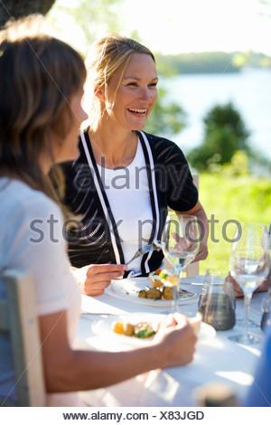 Deux femmes en train de dîner le songe d'une partie, Fejan, archipel de Stockholm, Suède.