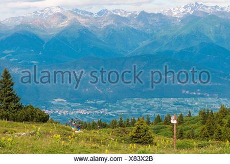 Les motards au sommet de mont Roen, avec quelques crêtes de Maddalene group encore couvert de neige dans l'arrière-plan, Val di Non, Trentin-Haut-Adige, Italie Banque D'Images