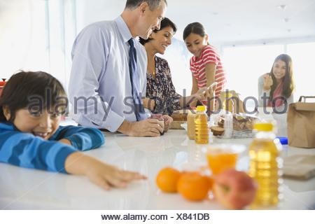 Le petit-déjeuner à l'accueil de la famille Banque D'Images