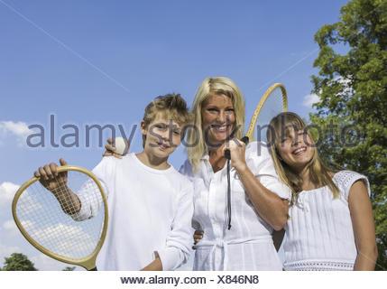 Mutter mit Kindern, mit en Ballspielschlaegern Halbportraet, Parc (modèle récent) Banque D'Images