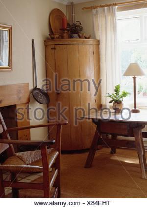 Etonnant ... Panneaux Pin Antique Encoignure De Style Shaker Salle à Manger Avec  Rush Assis Une Chaise Et