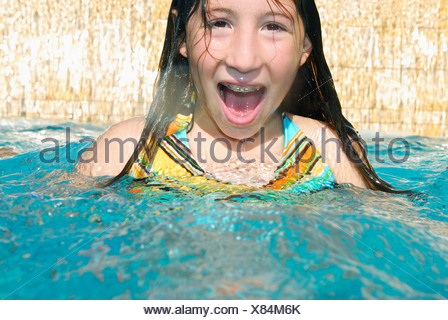 Girl in swimming pool avec bouche ouverte Banque D'Images