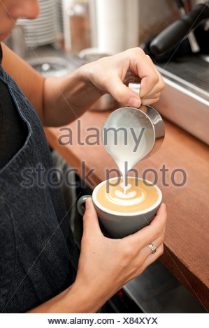 La préparation du cappuccino Barista Banque D'Images
