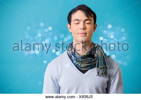 Portrait de jeune homme portant un foulard et de cavalier bleu Banque D'Images