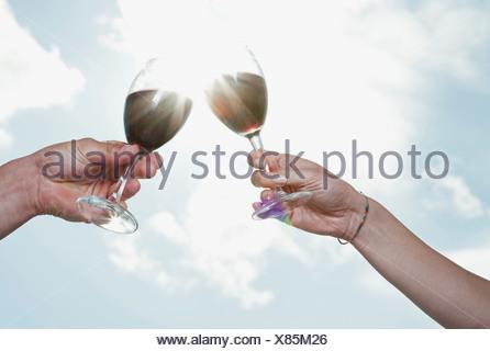 Italie, Toscane, Young couple with la main contre le soleil Banque D'Images