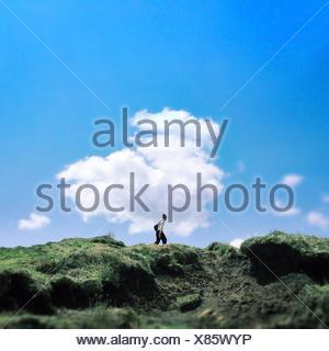 Homme Marchant sur Mountain Against Sky Banque D'Images