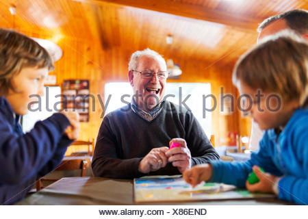 Man avec ses petits-fils Banque D'Images