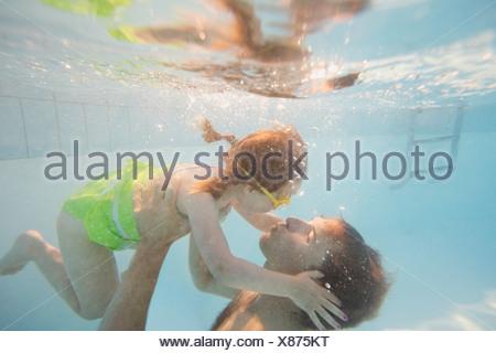 Père et fille sous l'eau à la piscine Banque D'Images