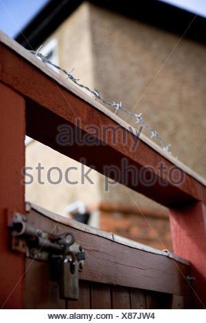 Des barbelés sur le dessus d'une barrière en bois