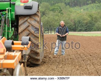 L'examen d'agriculteurs dans la zone de sol Banque D'Images