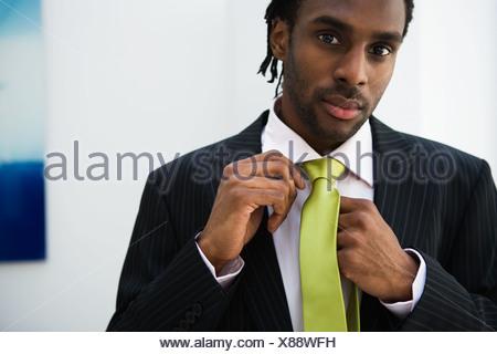African businessman adjusting necktie Banque D'Images