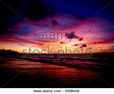 KUTA BEACH AU COUCHER DU SOLEIL,BALI,l'INDONÉSIE Banque D'Images
